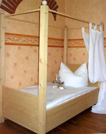 kinderbett himmelbett massivholz. Black Bedroom Furniture Sets. Home Design Ideas
